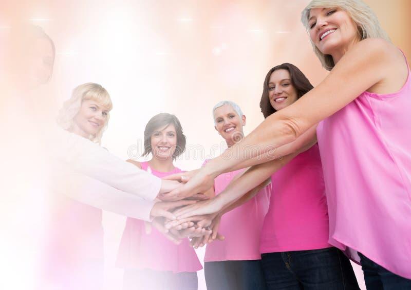 Mujeres del cáncer de pecho con la transición que lleva a cabo las manos foto de archivo libre de regalías
