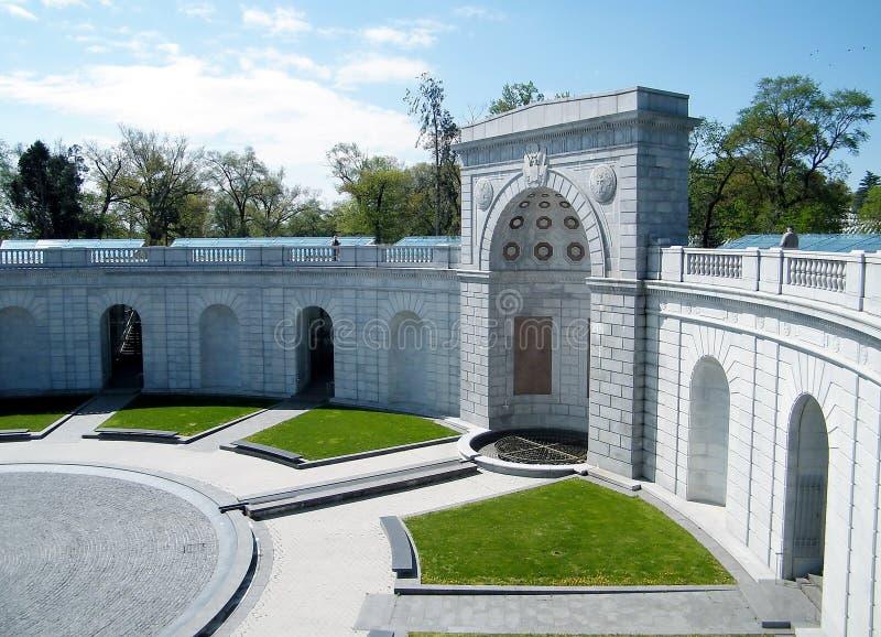 Mujeres del cementerio de Arlington en el monumento 2010 del servicio militar fotografía de archivo libre de regalías