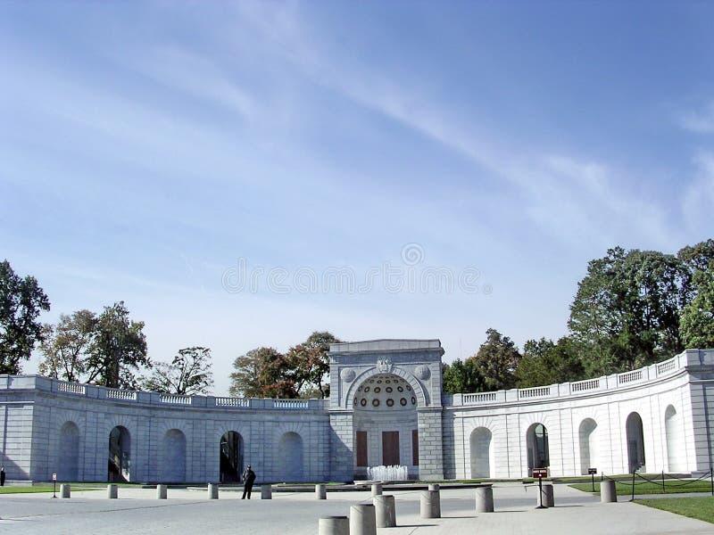 Mujeres del cementerio de Arlington en servicio militar monumento el 20 de octubre imagenes de archivo