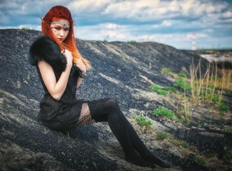 Mujeres del duende con el pelo ardiente en la naturaleza Gir joven hermoso de la fantasía foto de archivo