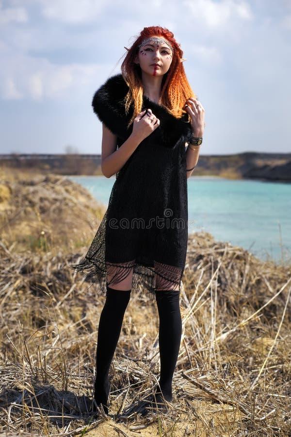 Mujeres del duende con el pelo ardiente Muchacha joven hermosa del estilo de la fantasía fotos de archivo libres de regalías