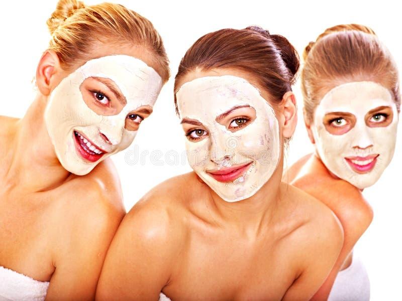 Mujeres del grupo con la máscara facial. fotos de archivo