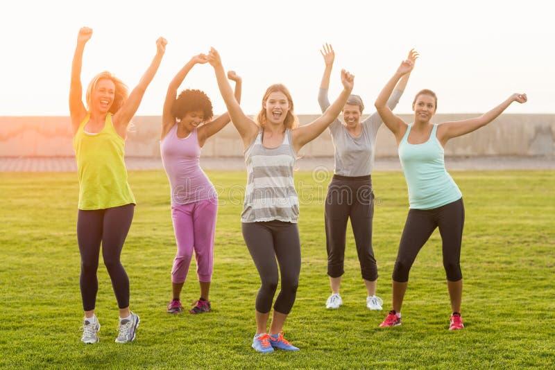Mujeres deportivas felices que bailan durante clase de la aptitud imágenes de archivo libres de regalías