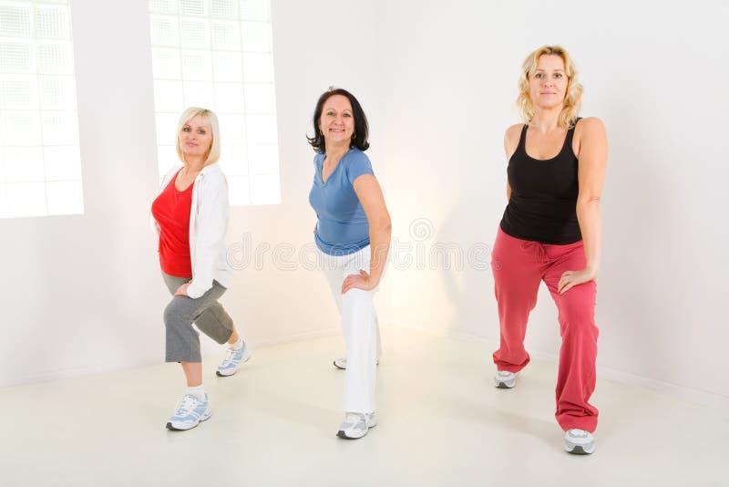 Mujeres durante el ejercicio foto de archivo