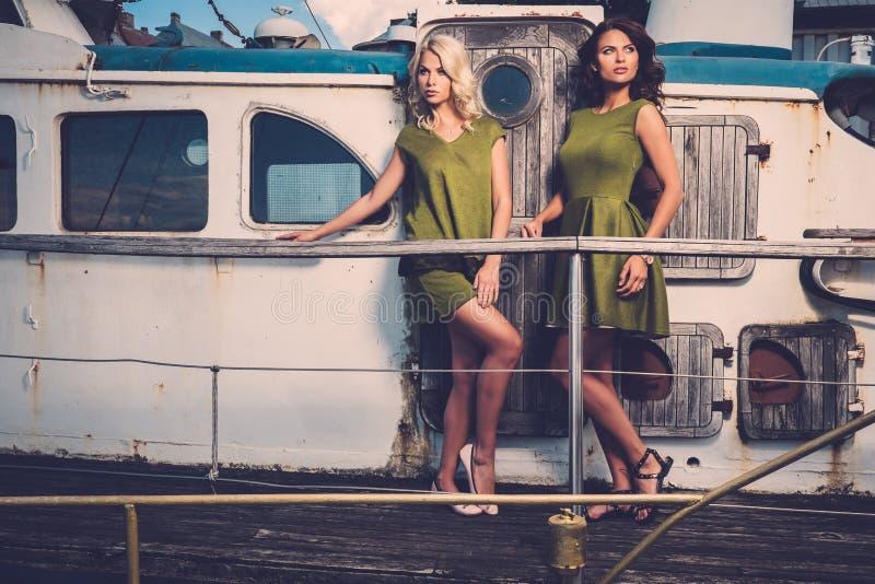 Mujeres elegantes en el barco viejo fotos de archivo