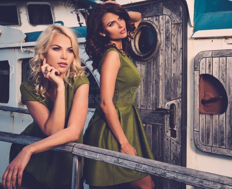 Mujeres elegantes en el barco viejo imagenes de archivo