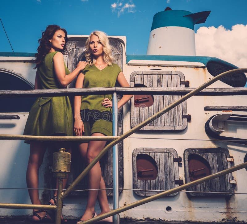 Mujeres elegantes en el barco viejo fotos de archivo libres de regalías