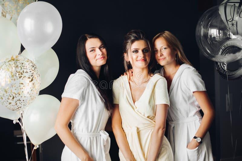 Mujeres emocionadas que celebran el día de boda junto que se casa día junto Concepto de partido y de matrimonio de gallina imagenes de archivo