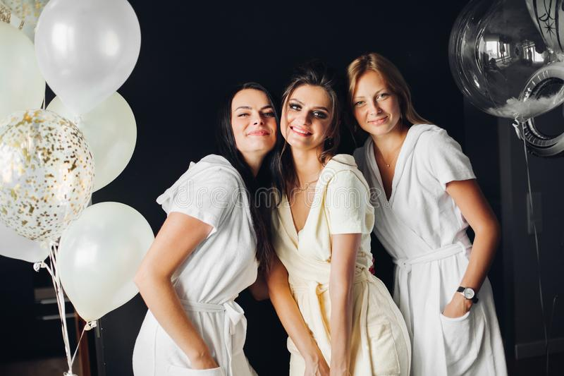 Mujeres emocionadas que celebran el día de boda junto que se casa día junto Concepto de partido y de matrimonio de gallina fotografía de archivo libre de regalías
