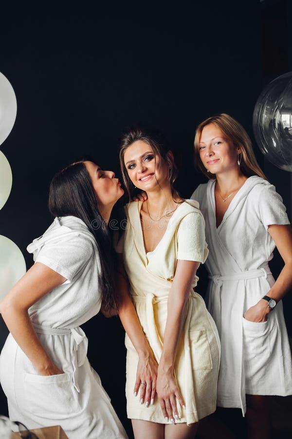 Mujeres emocionadas que celebran el día de boda junto que se casa día junto Concepto de partido y de matrimonio de gallina fotos de archivo libres de regalías