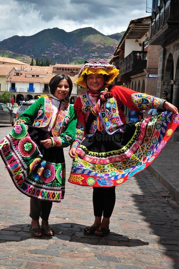 Mujeres en alineadas y sombreros rojos tradicionales fotos de archivo libres de regalías
