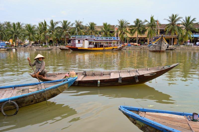 Mujeres en barco en Hoi An Old Town Canal fotos de archivo libres de regalías