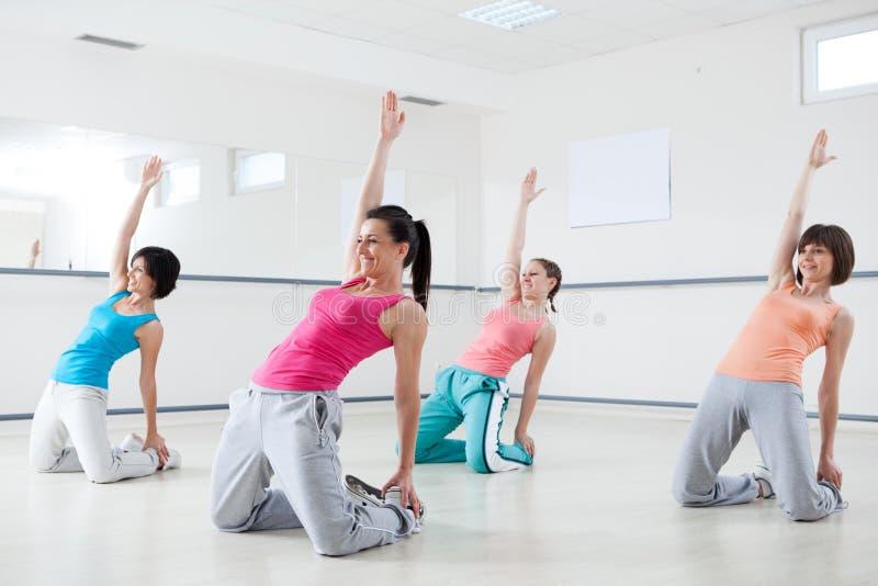 Mujeres en clase aerobia foto de archivo libre de regalías