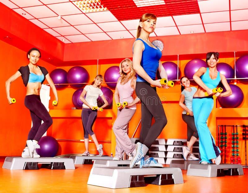 Mujeres en clase de aeróbicos. foto de archivo