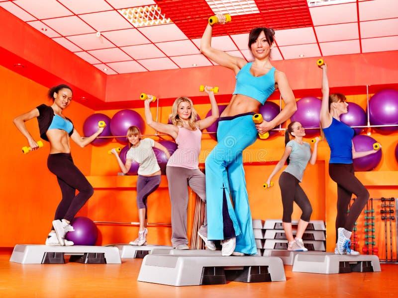 Mujeres en clase de aeróbicos. imagen de archivo libre de regalías