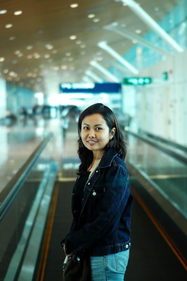 Mujeres en el aeropuerto imagenes de archivo