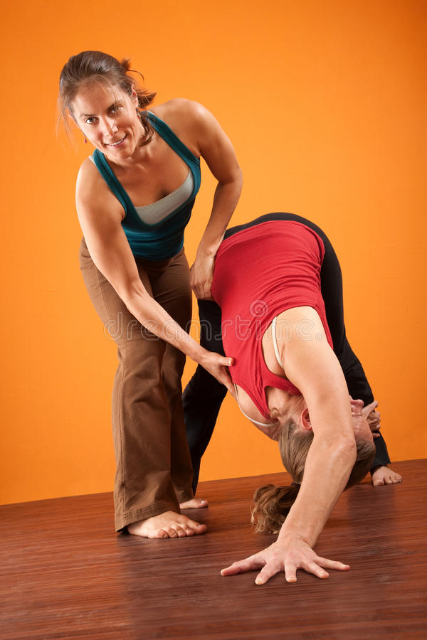 Mujeres en el entrenamiento de la yoga foto de archivo