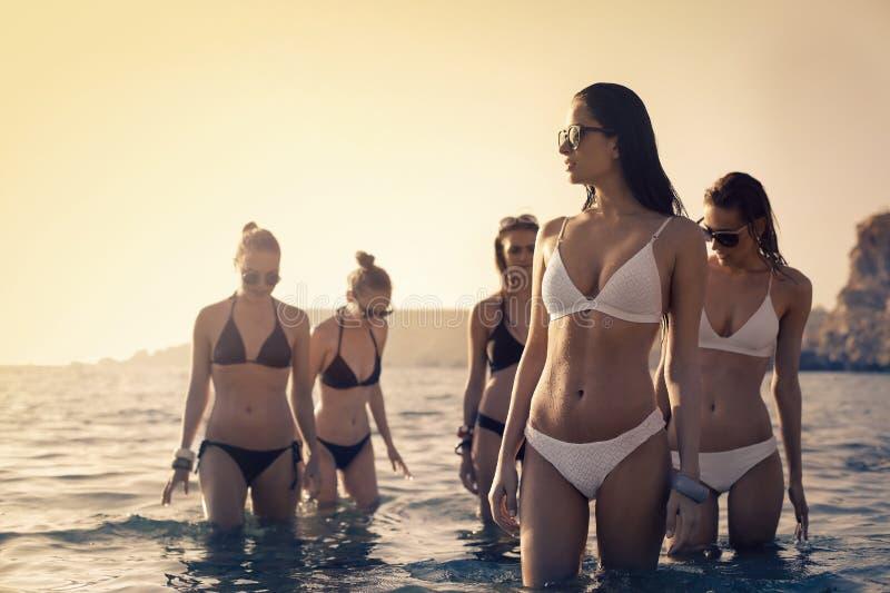 Mujeres en el mar imagenes de archivo