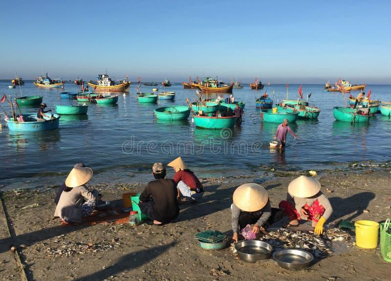 Mujeres en el mercado de pescados en Phan Thiet, Vietnam imagenes de archivo