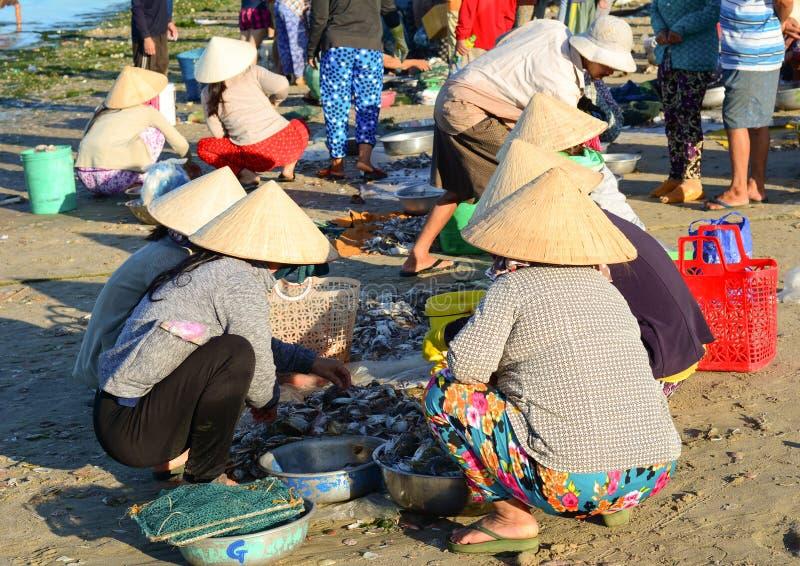 Mujeres en el mercado local en Nha Trang, Vietnam fotografía de archivo libre de regalías