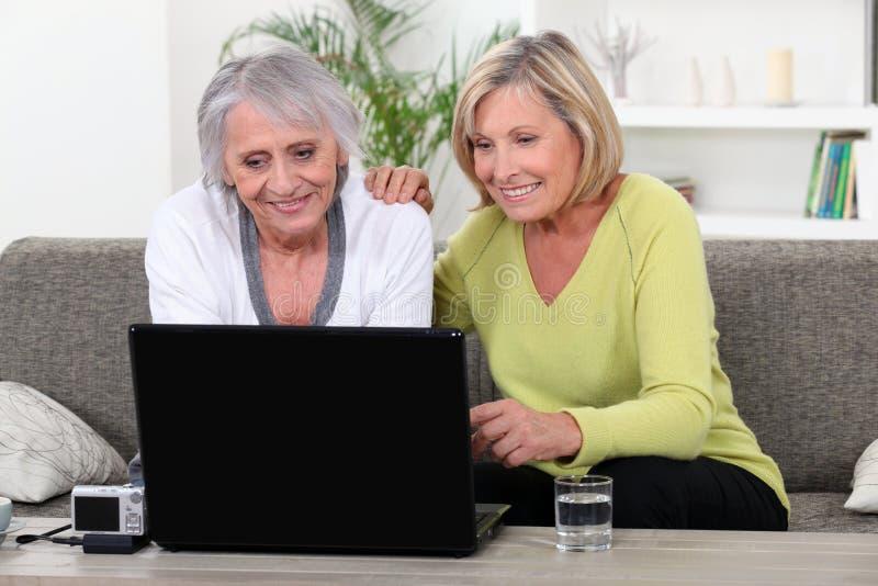 Mujeres en el ordenador portátil foto de archivo libre de regalías