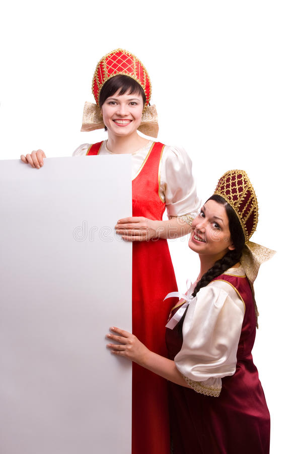 Mujeres en el traje ruso con la cartelera. foto de archivo libre de regalías