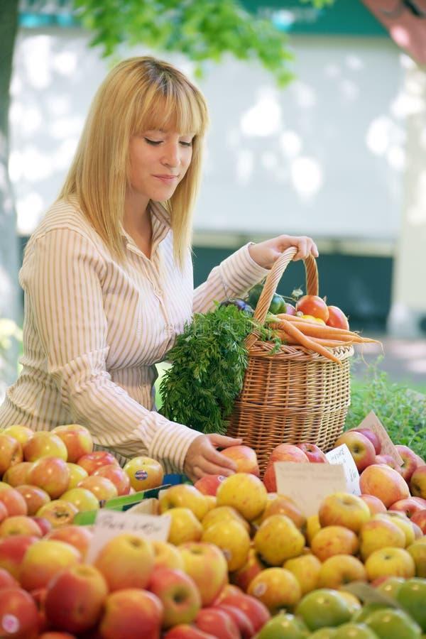 Mujeres en la mercado de la fruta fotografía de archivo libre de regalías