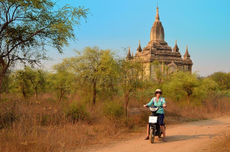 Mujeres en la pagoda de Shwesandaw en Birmania imágenes de archivo libres de regalías