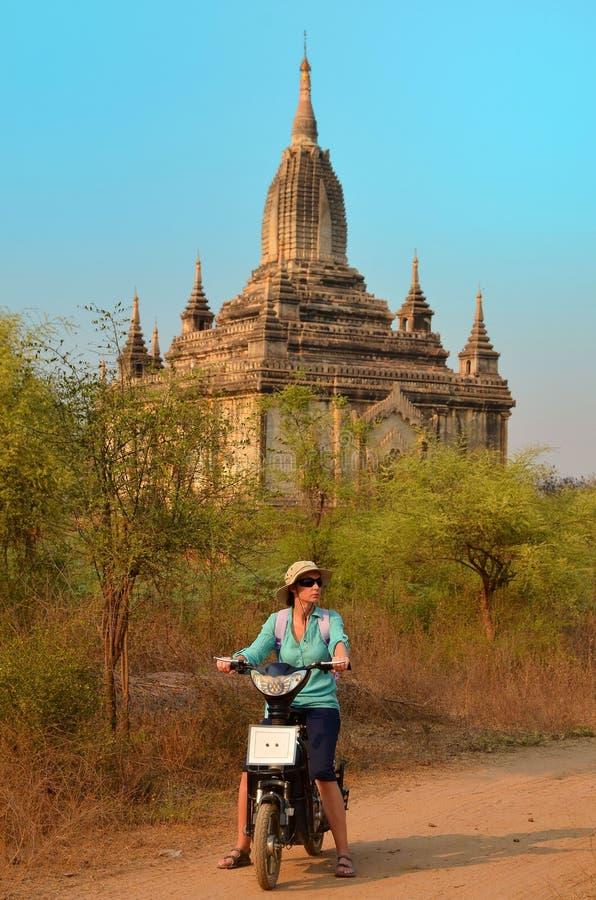 Mujeres en la pagoda de Shwesandaw en Birmania imagen de archivo libre de regalías