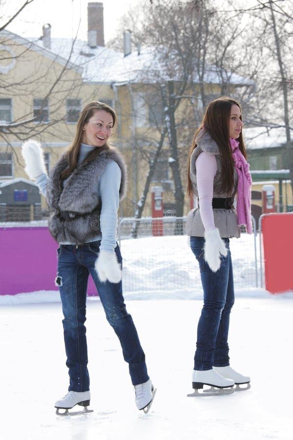 Mujeres en la pista de hielo imagen de archivo
