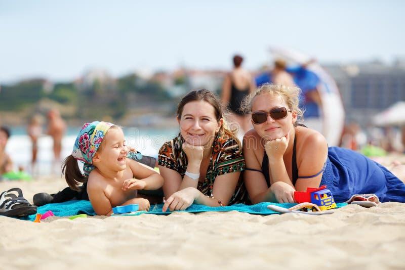 Mujeres en la playa imagen de archivo