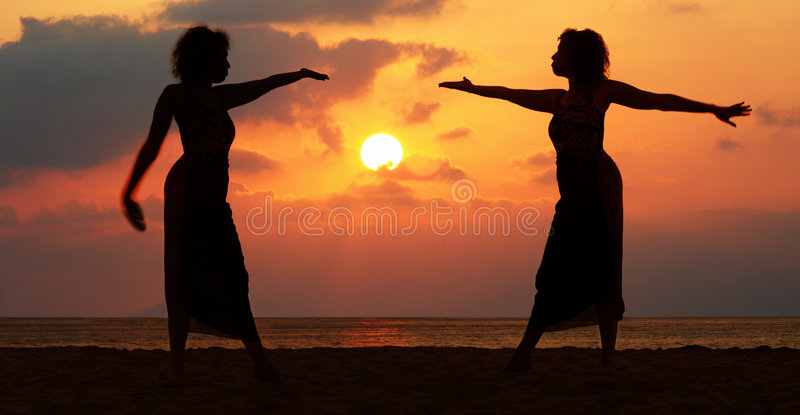 Mujeres en la puesta del sol foto de archivo