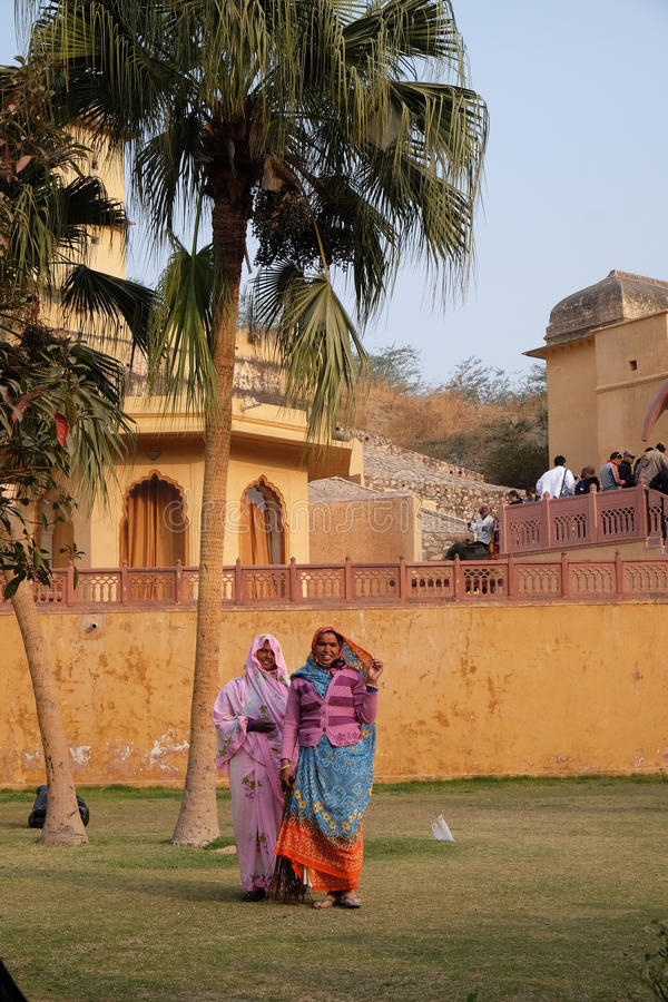 Mujeres en la sari que limpia el patio de Amber Fort en Jaipur fotografía de archivo