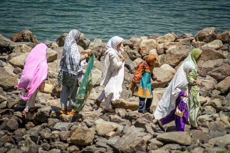 Mujeres en las rocas imagen de archivo