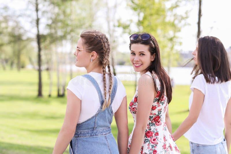 Mujeres en parque foto de archivo libre de regalías