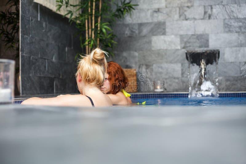 Mujeres en piscina de la salud y del balneario fotografía de archivo
