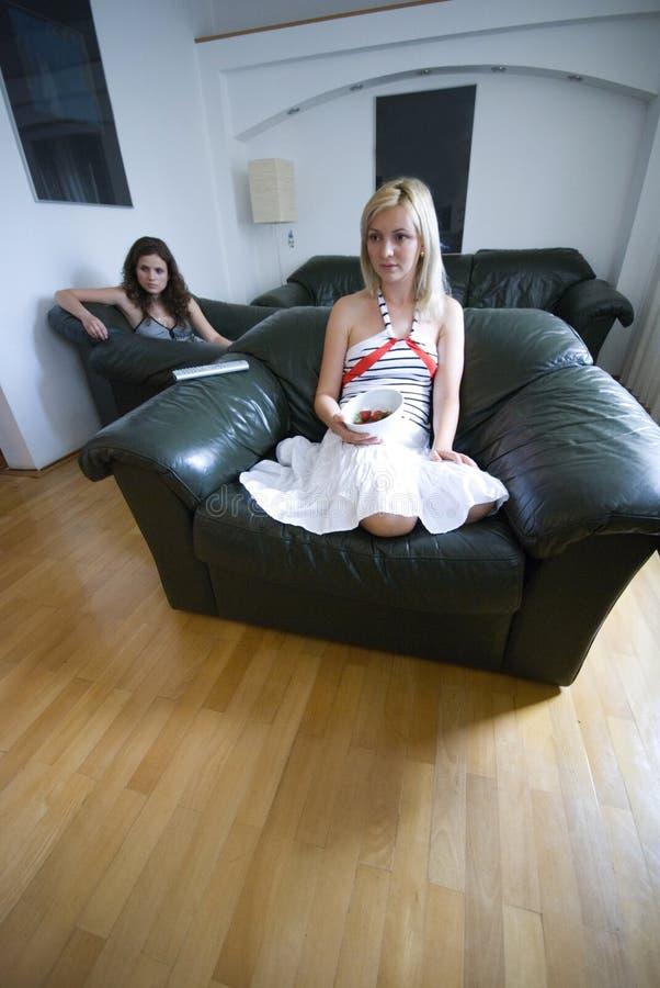 Mujeres en sala de estar fotografía de archivo