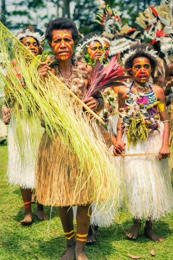 Mujeres en trajes en Papúa Nueva Guinea fotos de archivo