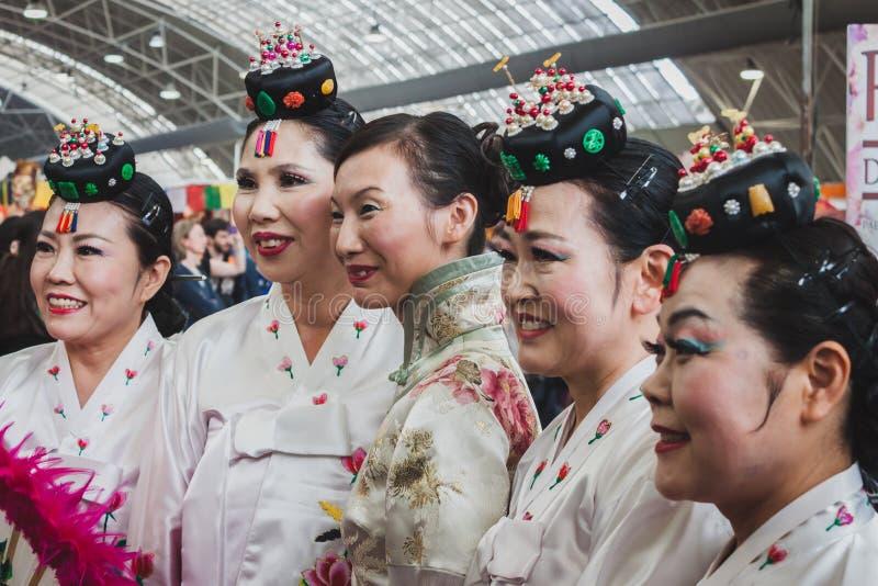 Mujeres en vestido tradicional en el festival de Oriente en Milán, Italia imágenes de archivo libres de regalías