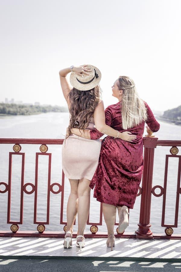 Mujeres encantadas felices que disfrutan de la hermosa vista fotos de archivo libres de regalías