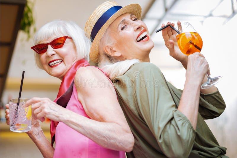 Mujeres envejecidas alegres que se unen foto de archivo libre de regalías