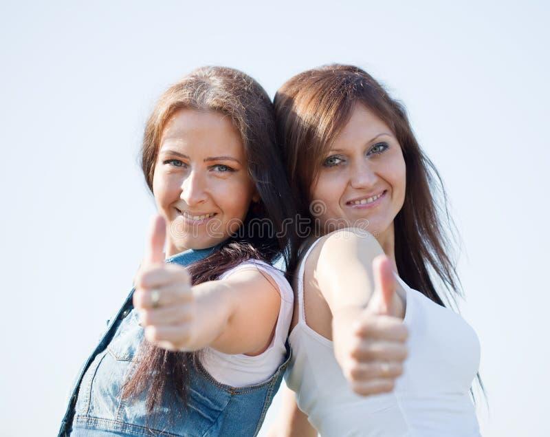 Mujeres felices con el pulgar para arriba foto de archivo