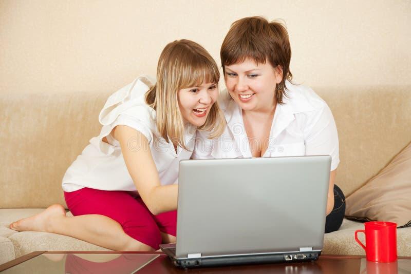Mujeres felices con la computadora portátil imagen de archivo libre de regalías