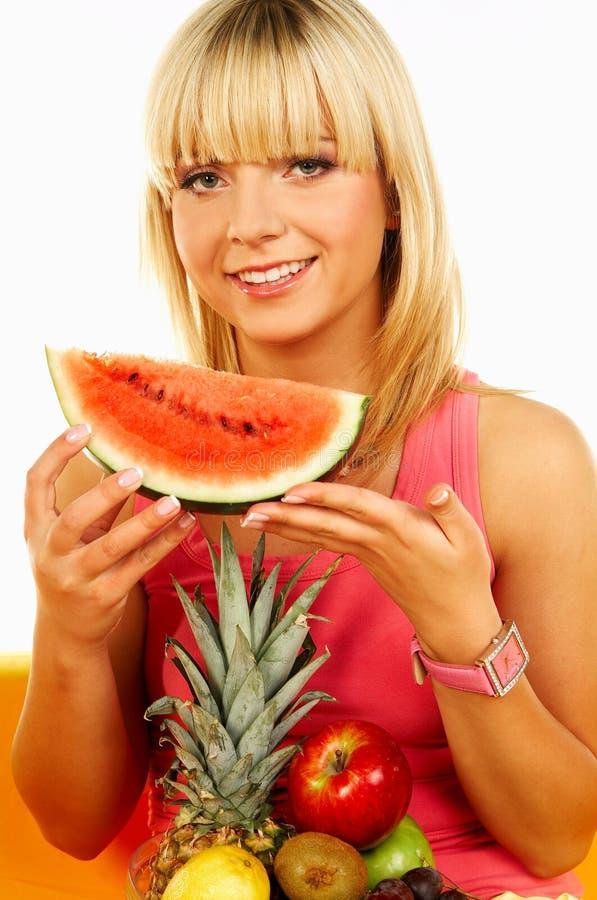 Mujeres felices con las frutas imagenes de archivo