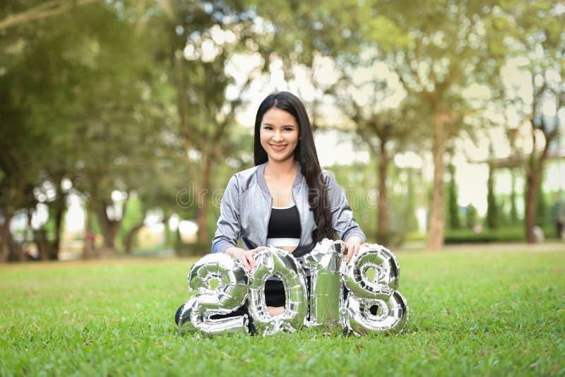 Mujeres felices de las muchachas del Año Nuevo 2018 de la diversión hermosa de las muchachas imagen de archivo libre de regalías