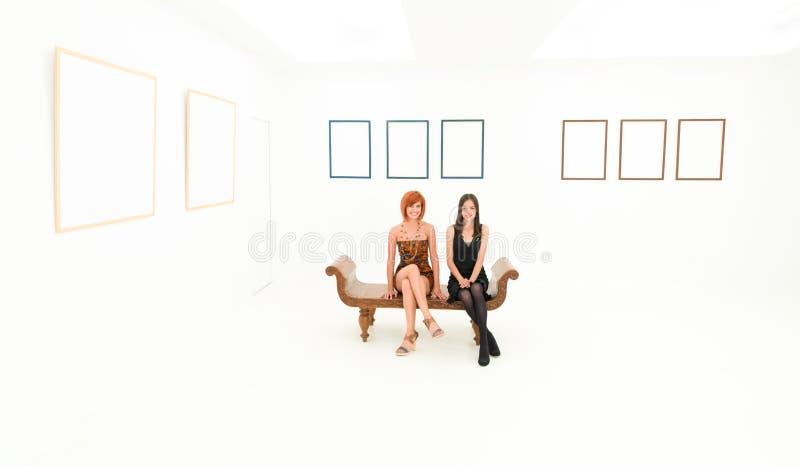 Mujeres felices en galería de arte fotos de archivo libres de regalías