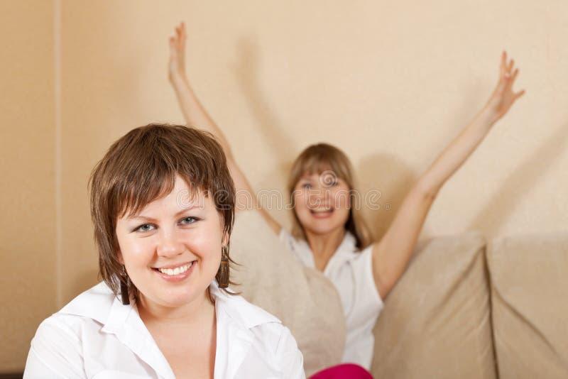 Mujeres felices en hogar imagenes de archivo
