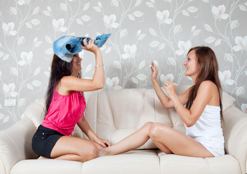 Mujeres felices que luchan con ropa imagen de archivo