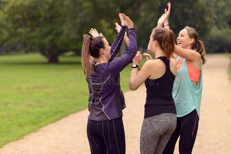 Mujeres felices que se relajan después de ejercicio al aire libre fotografía de archivo libre de regalías