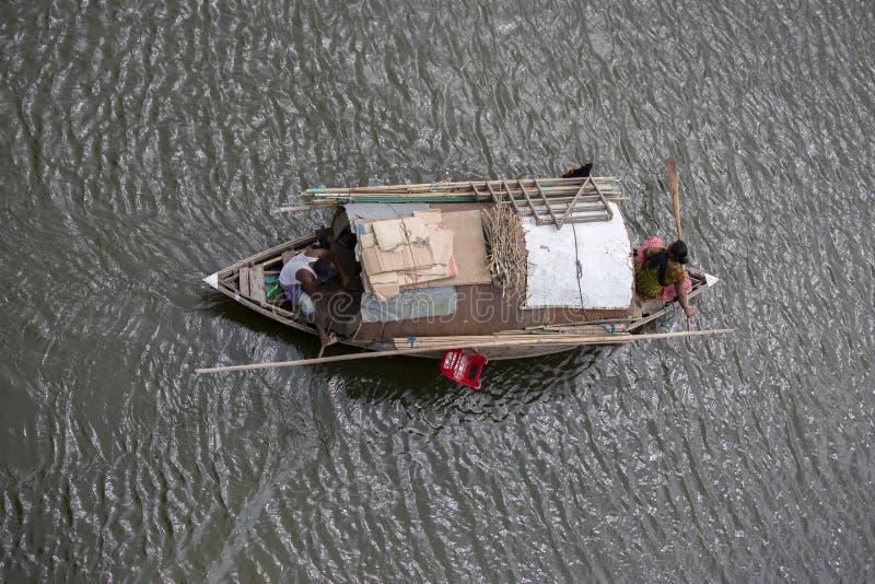 Mujeres gitanas y su familia que viajan un barco a través del río de Ichamoti, cerca de la ciudad de Dacca imagen de archivo